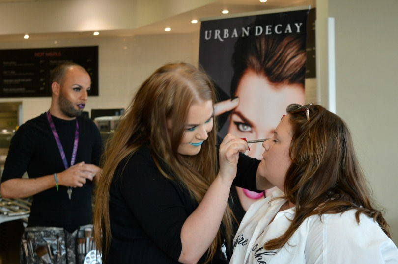 Urban Decay Gold Girot Pallete being used